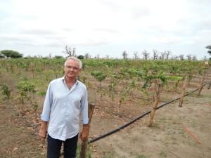 Philippe François posant devant le Clos des Baobabs